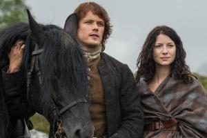 160408-news-outlander-sam-heughan-caitriona-balfe